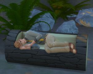 ベンチにすっぽりはまってお休み中。ちょっとは子ども達の面倒を見てくださいよ。