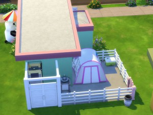 裏には店のバックヤードも完備。屋外ですが・・・ 食品店なので、衛生に気を使いシャワーも完備!もちろん屋外ですが。