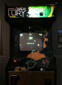 セガの『スペースフューリー』と言うゲームです。世界初のカラーベクタースキャンだそうです。